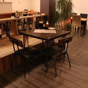 2名様のテーブル席です。※テーブルの移動連結可能ですので、お客様の人数に合わせたお席にご案内します。