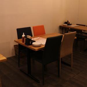 4名様のテーブル席です。※テーブルの移動連結可能ですので、お客様の人数に合わせたお席にご案内します。