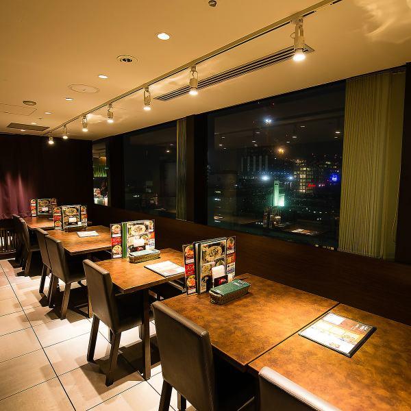 【夜景一望のお席♪】開放的な窓側テーブル席!眺めの良い昼はお子様にも人気です。夜は新宿の夜景を一望でき、デートなどカップルでのご利用におすすめ。カップルもご家族も大歓迎♪楽しい時間をお過ごし下さい♪個室も御座います(最大20名様までOK!)新年会・同窓会・歓送迎会など各種ご宴会にぜひご利用ください!