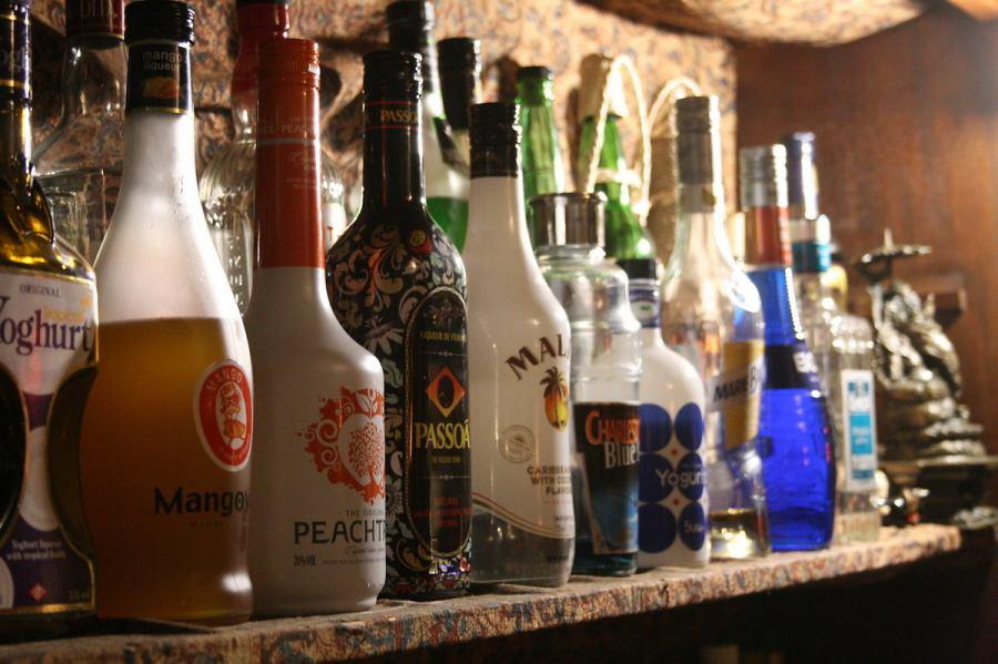 カウンターには、お酒がいっぱい!100種類以上あるドリンクの中から、お好みの一杯にきっと出会えるはず。
