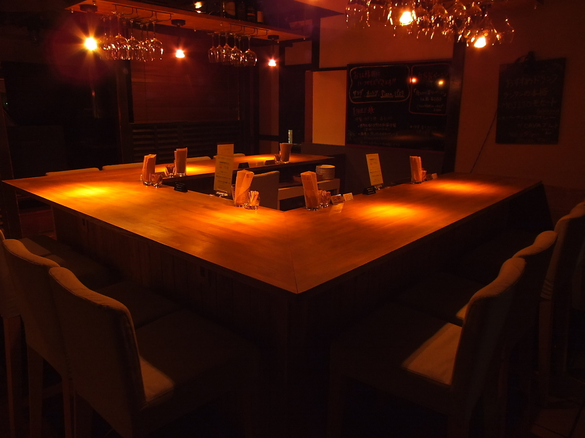 The counter has 13 seats in all.Because it is U-shaped, you can use it in various variations when you charter!