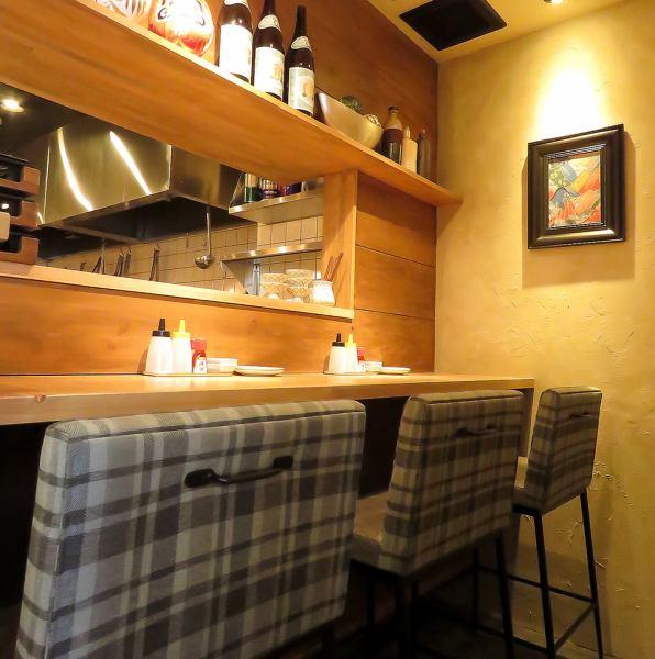 カウンター席もご用意しています!カフェのようなウッド調のインテリアで統一されたおしゃれな店内。女性が一人でも立ち寄りやすい雰囲気も魅力のひとつです。餃子×パーフェクトサワーで、お仕事帰りにぜひ一杯☆お気軽にどうぞ♪