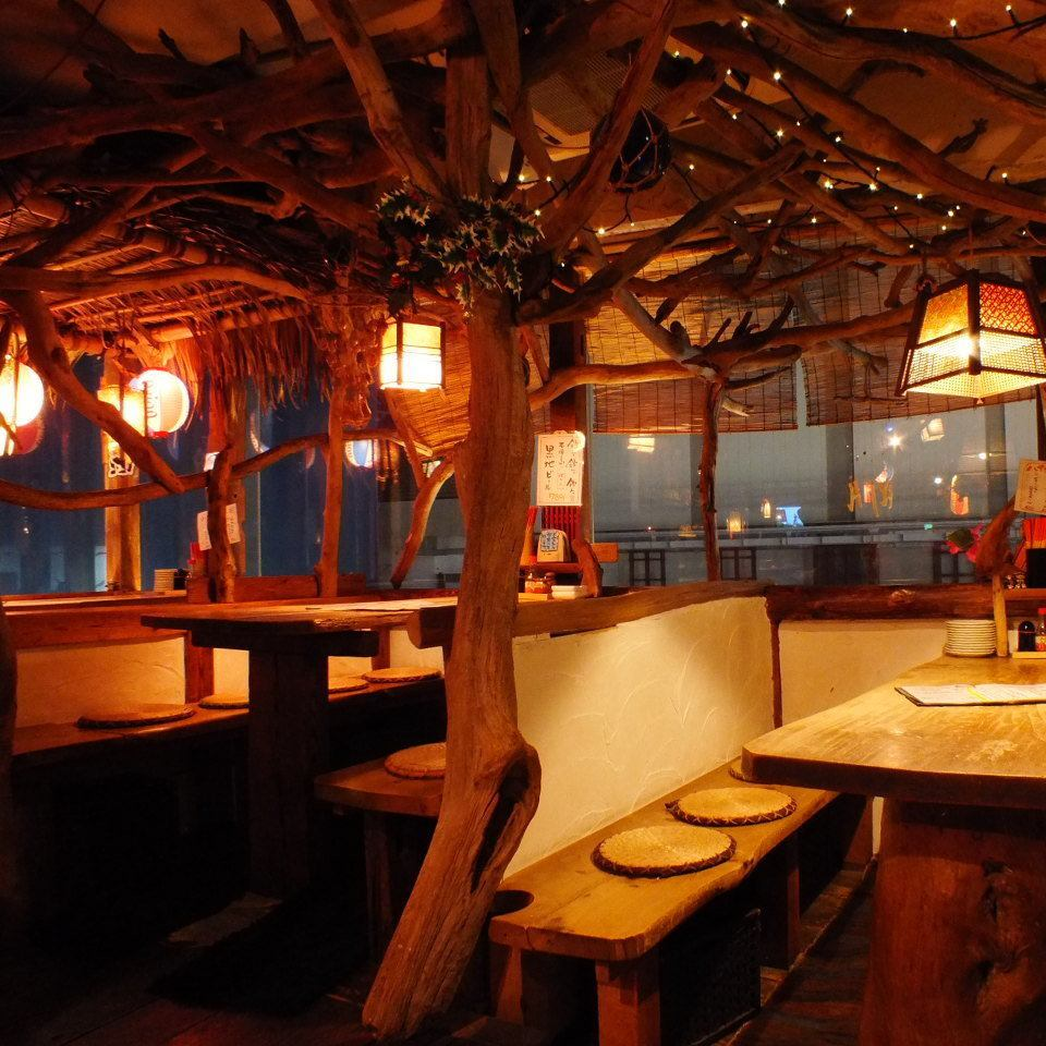 【Stylish Seating Area ♪ like a popular Tree House】 Tropical Space where warmth of trees is felt