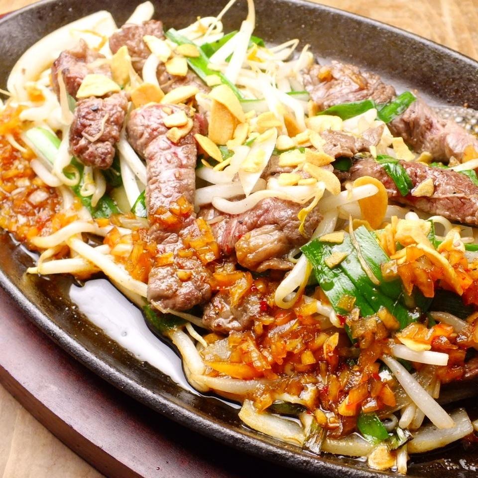 오키나와 Soul Food !! 철판 안주 스테 - 키 - 오키나와를 대표하는 A1 소스와 고기의 맛을 돋보이게 양파 소 - 스 함께 ~
