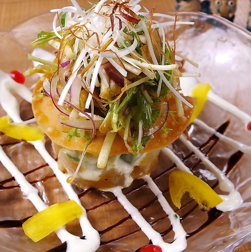 생선과 아보카도 밀피유 샐러드
