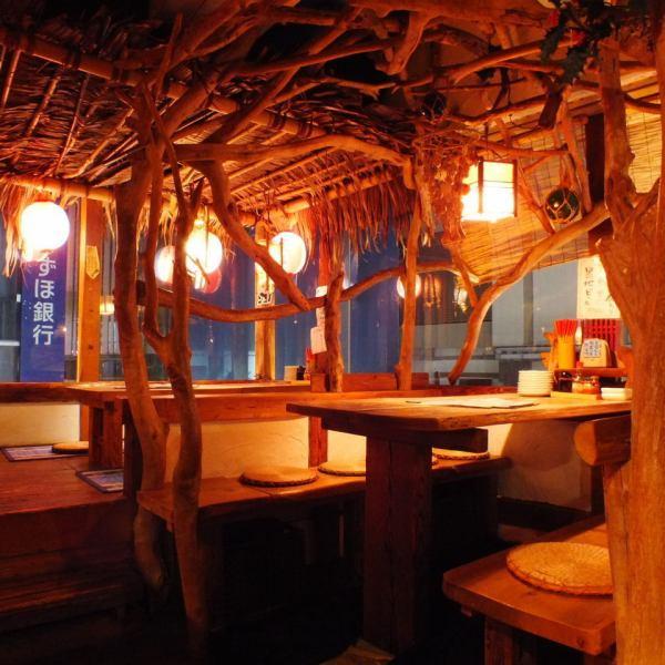 【今流行りのツリーハウスのような、おしゃれな座敷♪】小上がりの窓際の宴会席は最大8名様でご利用可能!木のぬくもりが感じられるオシャレ空間♪