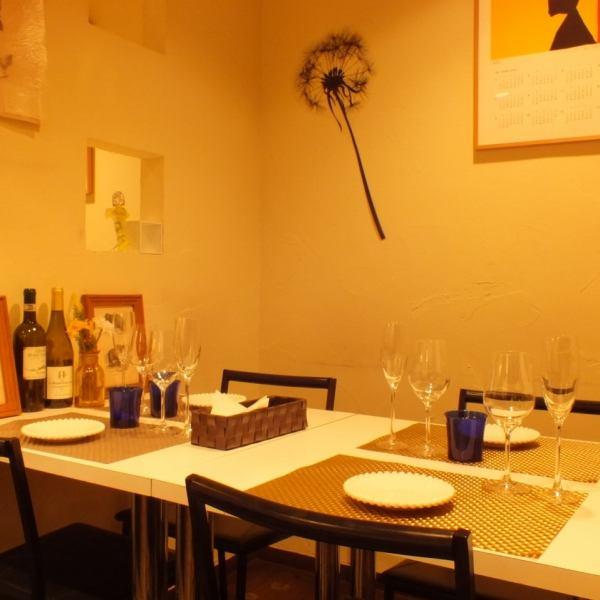 【広々テーブルは、10名様の程度のご宴会に♪】女子会や誕生日などのお食事も勿論ですが、大人数のご宴会にも柔軟にご対応可能です♪4名様~10名様程度までテーブル席で対応可能ですので、お気軽にご相談下さい♪