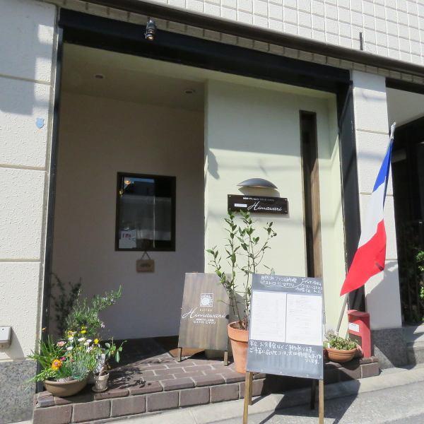 六甲道の住宅街に佇むお洒落で隠れ家的な自然派フレンチ店です。JR六甲道駅南口からは徒歩3分と好立地なのでアクセスも抜群です!ご来店お待ちしております☆