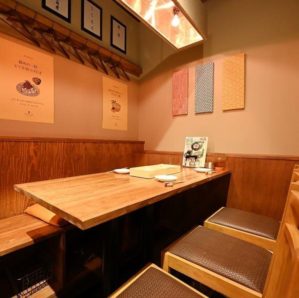 ◆オシャレなテーブル席◆手前のテーブル席は6名様迄ご予約可能なテーブル席をご用意。会社宴会、合コン、記念日・誕生日会など様々なシーンでご利用下さい。宴会コースは飲み放題付き3,000円~とボリューム・コスパ抜群♪要予約にてデザートプレートも承ります。