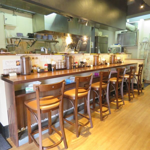 We have one counter for workers ♪ perfect for any customer I'm preparing counter seats so feel free to join us ♪ ♪