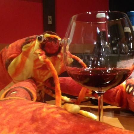 在主要的活跃龙虾品尝葡萄酒和海鲜★虾和Wainbaru玻璃