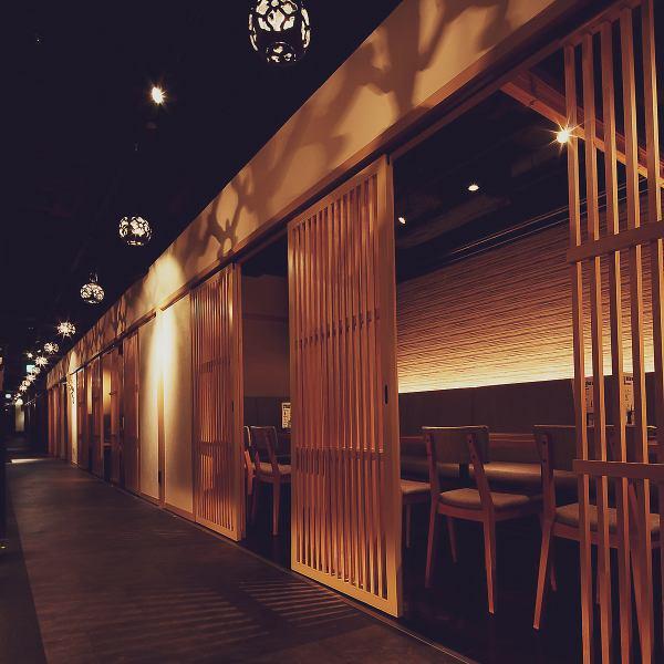 """在""""日本現代""""的主題內,讓您感覺更舒適,更加時尚的日本平靜氣氛。間接照明增強了複雜空間,適合日期,娛樂和宴會的空間。準備一個可以在各種場景中使用的私人房間!因為完整的私人房間是一個受歡迎的座位,預訂是早..."""