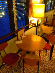 デザイナーズ。プルーヴェのテーブルにチェアー。もちろんリプロですが…アンティークのスタンドランプがシック♪(席の向きを変えて4名)