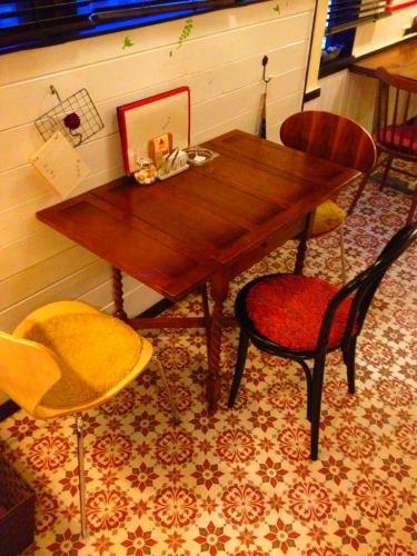 イギリスアンティーク家具の定番、ツイスト脚のドローリーフテーブル。もちろんリプロですが…(椅子を足して4名)