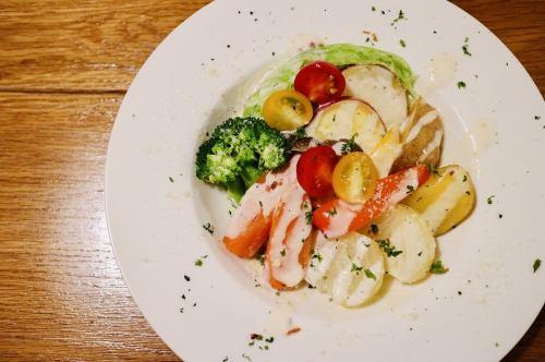 彩り野菜の温野菜サラダ~ゴルゴンゾーラとタレッジォチーズソース~