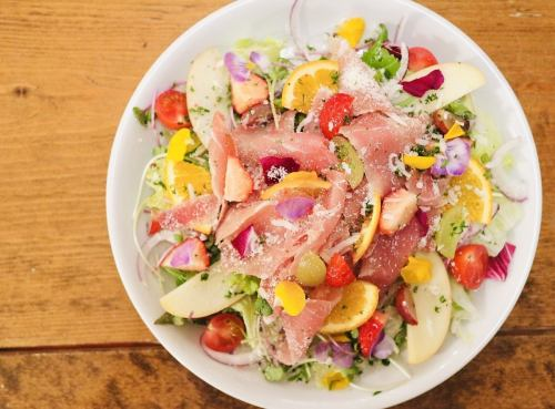 【3位】パルマ産生ハムと新鮮フルーツの美肌サラダ