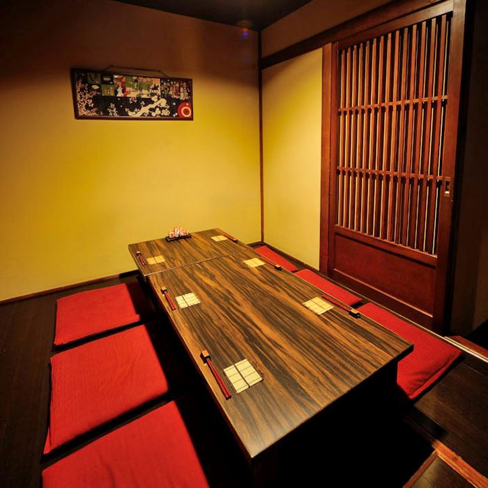 5~6名様用の掘りごたつ個室。広い室内でゆったりとおくつろぎください。