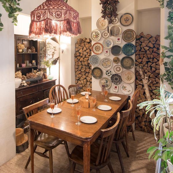 メインフロアは北欧家具がちりばめられたオシャレ空間♪少人数の飲み会にもおすすめ◎
