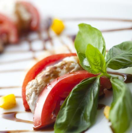 과일 토마토와 이태리 산 모짜렐라 카프 레세
