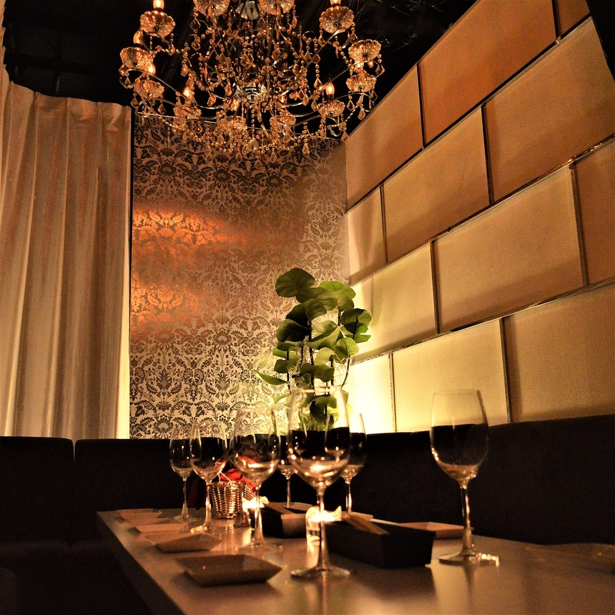 It is a low-sofa curtain private room that you can sit comfortably! Because there is a chandelier, it is recommended for gangbang etc in everyone in a luxurious space ♪ Of course you can also prepare decorations for balloons so that your birthday It is perfect for the party etc. There is no doubt that it will be exciting!