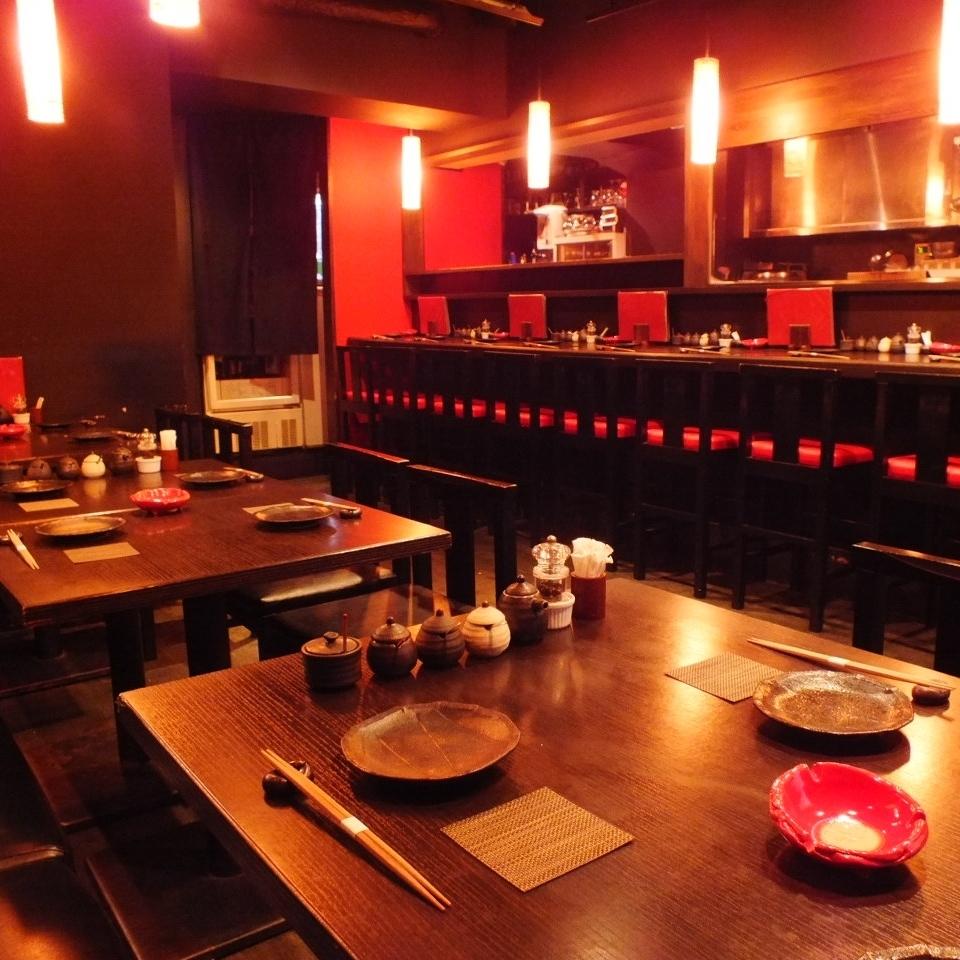 與紅色和黑色統一的內部是現代和平靜的氣氛♪甚至可以雞肉味甚至日期和女孩!因為即使在晚上10點以後,在一個輕鬆的商店,可以享受你的用餐,堅持請整夜煮你的菜♪