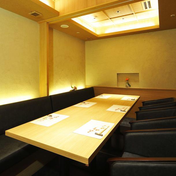 白を基調とした落ち着いた雰囲気の個室空間で味わう、「お肉」を主張した四季の日本料理と洗練されたお酒