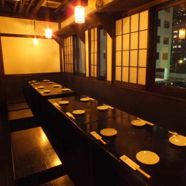 【從2人到28人可以準備很多私人房間】私人房間根據人數準備。在二樓的座位上有一個可容納4人的半私人房間·8個座位可供選擇!非常適合舉辦小型派對!20人可供私人使用。【橫濱橫濱站宴會告別派對單人間全部可以喝】