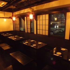 二樓是一張有28個座位的安靜桌子。包機可供20至28人使用。在一個輕鬆的一樓座位上放鬆♪[橫濱/居酒屋/全友暢飲/宴會/女子會/約會/歡迎宴會/歡送會/包租/ 3小時/私人房間]