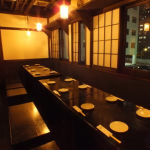 二楼是一张有28个座位的安静桌子。包机可供20至28人使用。在一层舒适地放松♪[横滨/居酒屋/全友畅饮/宴会/女子会/约会/欢迎宴会/欢送会/宪章/ 3小时/私人房间]