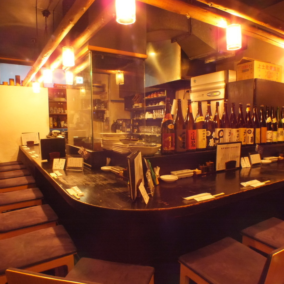 Counter seats on the first floor.The seat between the seats is a spacious seat.【Yokohama / Iruku / All-you-can-drink / party / girls party / date / welcome party / farewell party / year-end party / charter / 3 hours / private room】