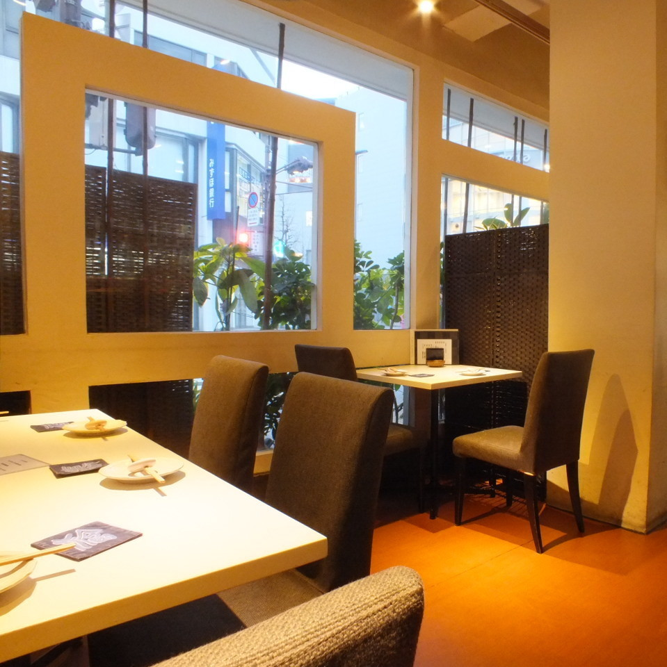 【Table 4 x 3 x 3 Tables】 Table seat which you can dine while watching the outside scenery.