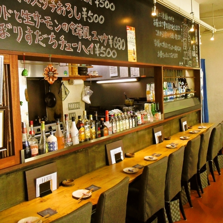 【Counter 8 Tables】 On the blackboard there are seasonal menu and today's recommended dish, counter seat.