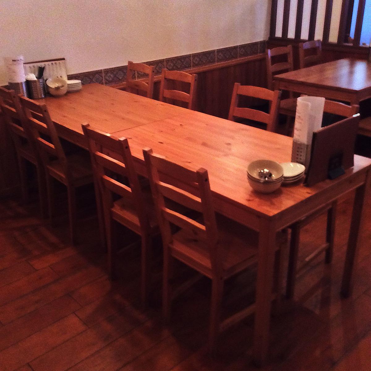 8 인용 테이블 석.인원수에 맞게 테이블은 함께 크기 조정 가능합니다.