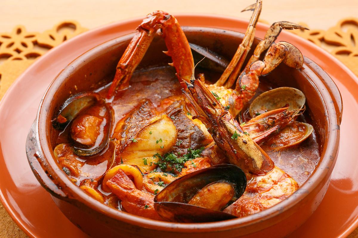 大量的魚類和貝類沙拉圖拉(西班牙語bouillabass)