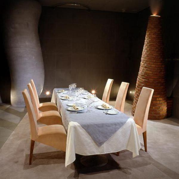 """世界で最も注目され活躍するデザイナーの一人""""フィリップ・スタルク""""がデザインした店内。3階には個室 40名・20名・16名をご用意しております。"""