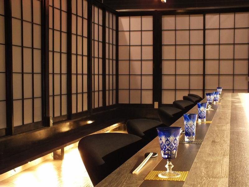Elegant and sophisticated, fashionable Japanese space.A fully-private room can accommodate from 2 people up to 100 people.【Premoles · black · carefully selected regional sake · authentic shochu inclusive drink unlimited banquet course】 is also the Onza い ま す!
