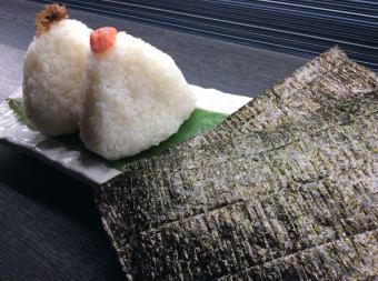 在寿司紫菜用饭团