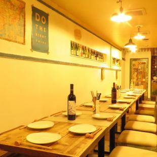 横長テーブルは結合すると最大23名様まで対応可能!中人数宴会などにもご利用しやすい空間です♪