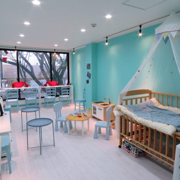 윗층도 티파니 블루와 화이트로 통일되어 세련되고 설레는 인테리어되어 있습니다.또한 유아용 침대 키즈 룸이 구비 때문에 아빠 엄마도 안심! 엄마 친구끼리의 내점도 물론 환영합니다.키즈 코너는 장난감과 그림책이 다양하게 준비되어 있기 때문에 어린이도 즐기실 수 있습니다.