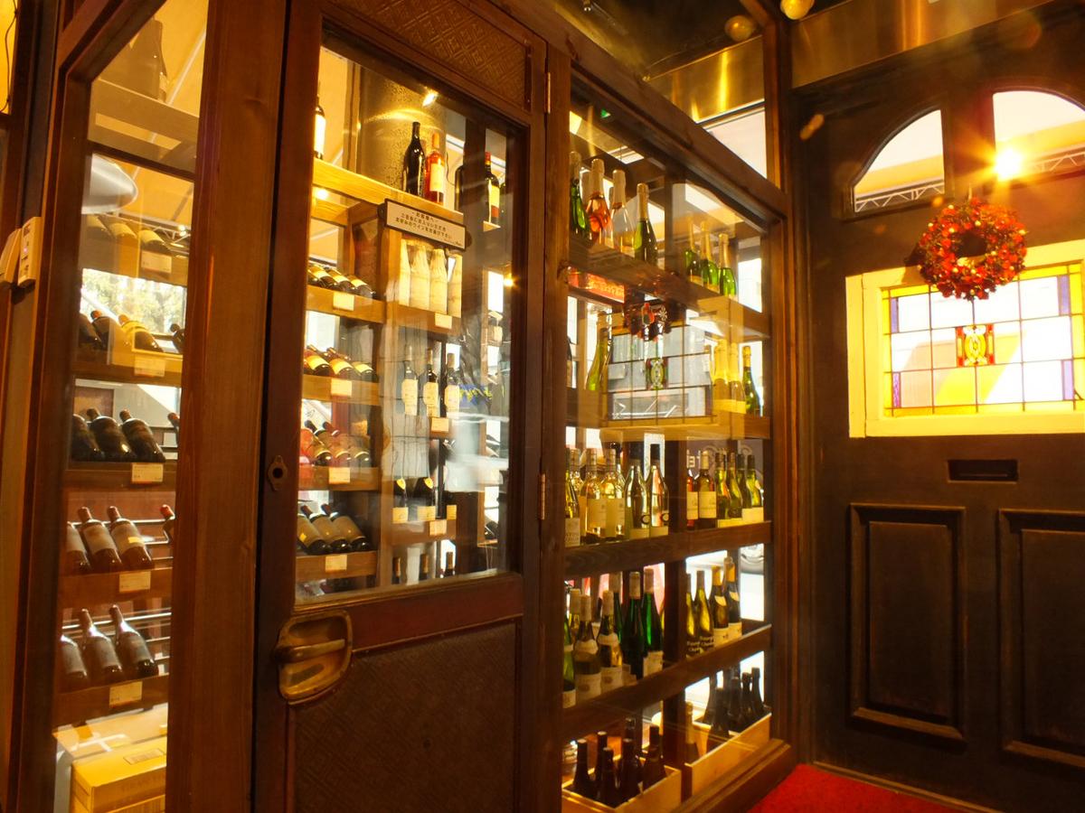 入口旁边的酒窖有超过10种葡萄酒供您选择并自己挑选!