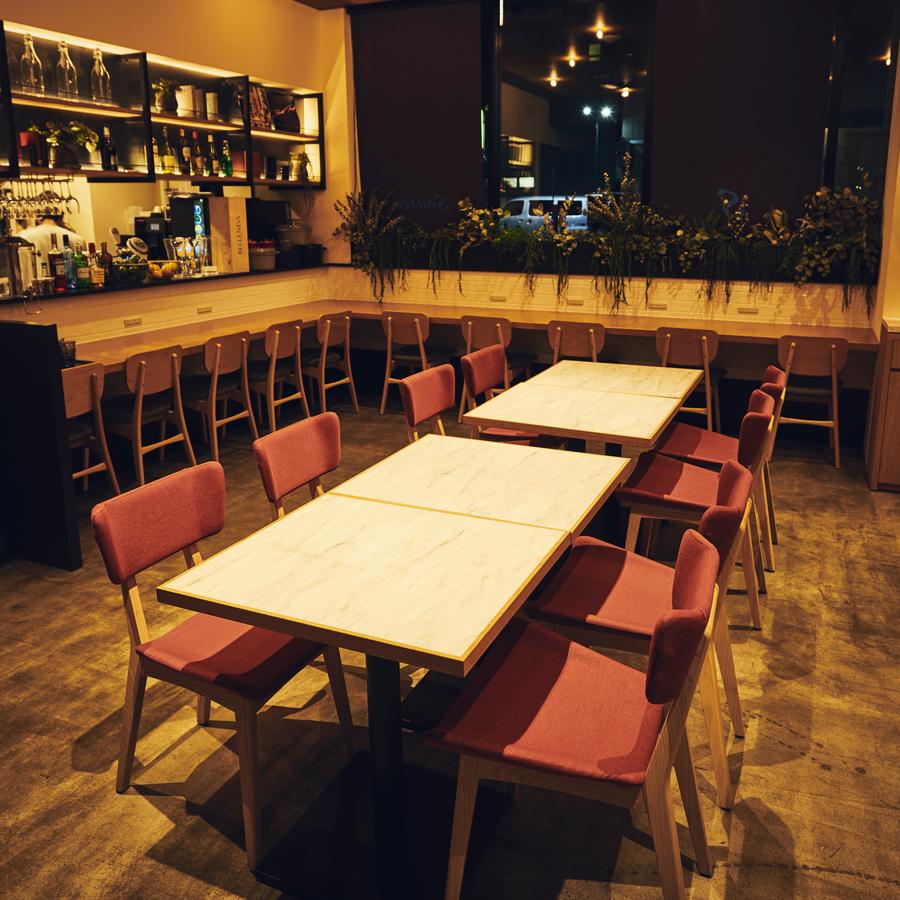 오픈 키친에서 가까운 4 명까지 이용하실 수있는 테이블 석.