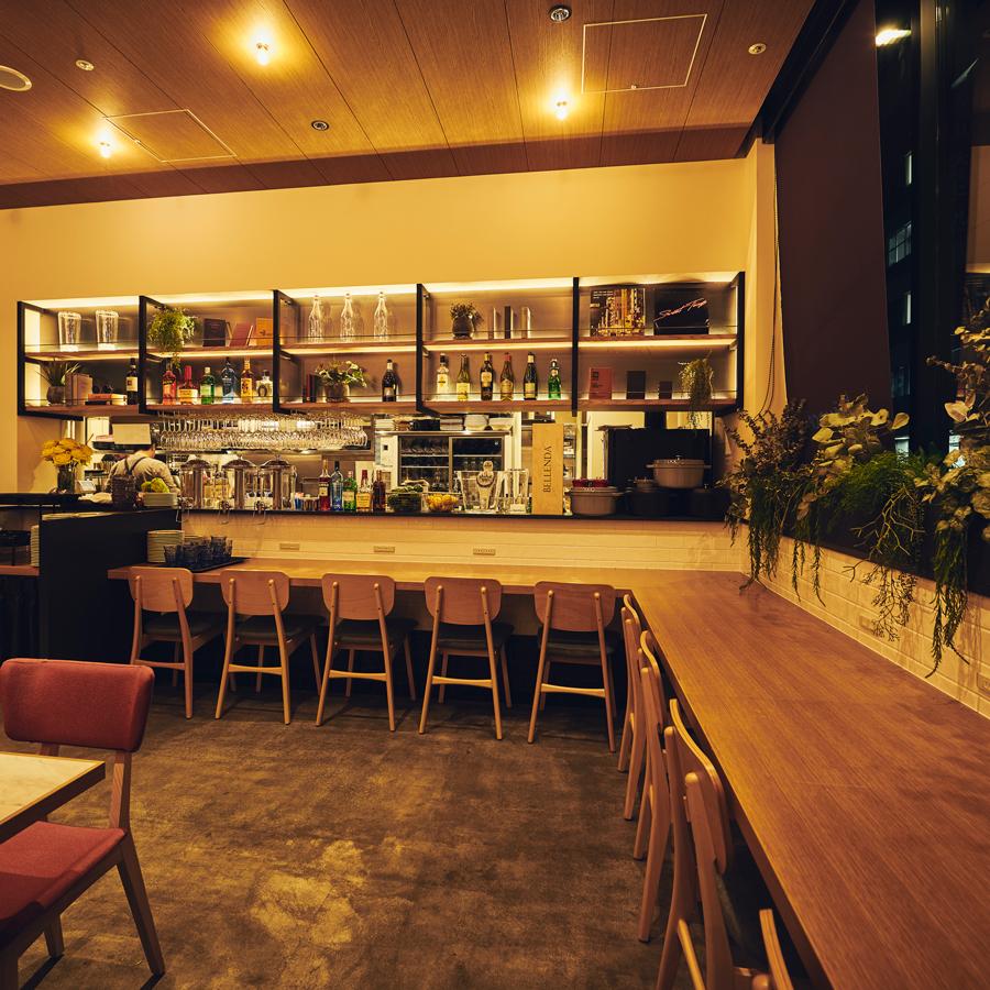 현장감을 즐길 수있는 오픈 키친 카운터 석은 저녁 시간에 이용하실 수 있습니다.