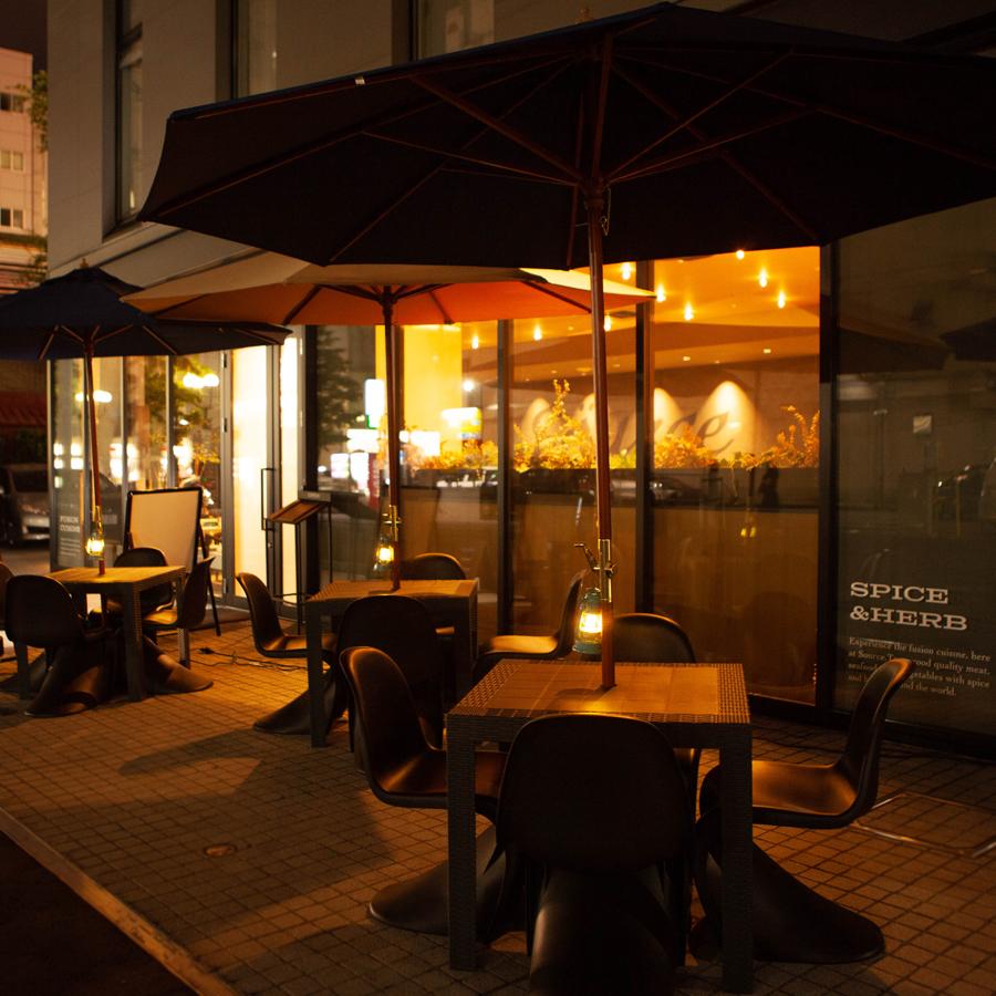 여름 한정으로 테라스 석을 준비하고 있습니다.밤은 물론 낮 마시 이용하실 수 있습니다.개방적인 분위기에서 술과 요리, 그리고 수다를 즐기세요!
