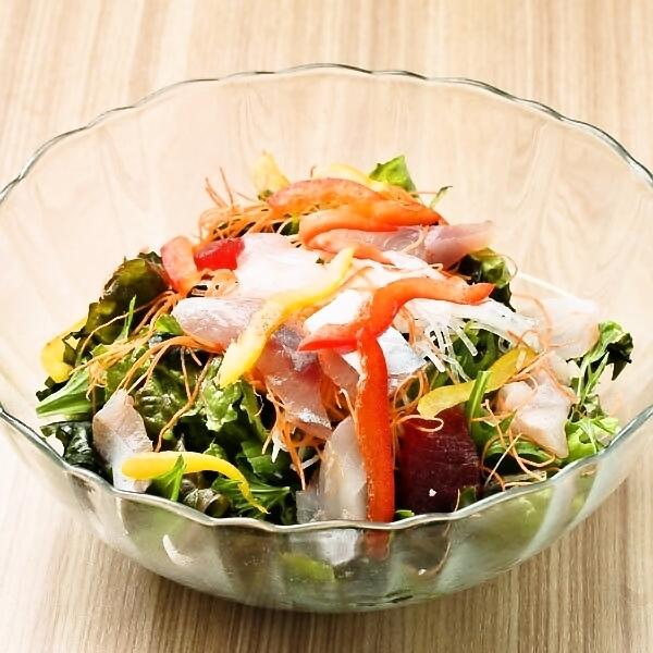 新鮮的鮮魚生魚片沙拉