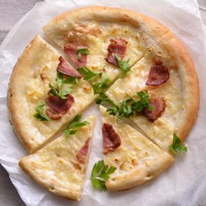 鸭子的草皮烧焦的比萨饼