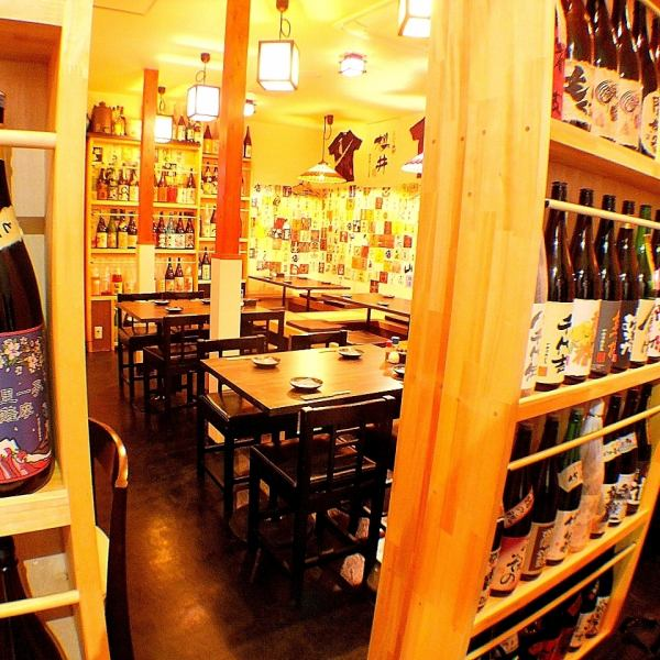 The first floor is equipped with table seats, digging tatami mats, counters.About 300 kinds of shochu and sake that are lined up together !!