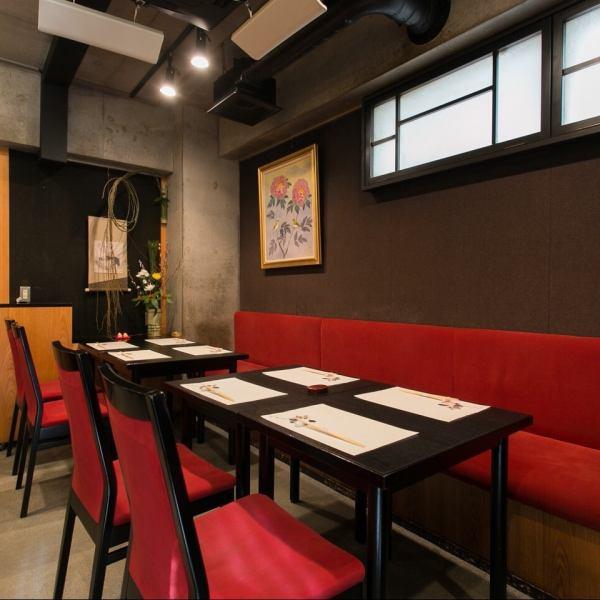 테이블 석 (4 인용 × 3 개)은 접대 나 소규모 연회에 추천! 고객님의 사정에 따라 좌석도 조정하기 때문에 부담없이 상담해주십시오.차분한 분위기의 점내에서 행복한 시간을 보내십시오.