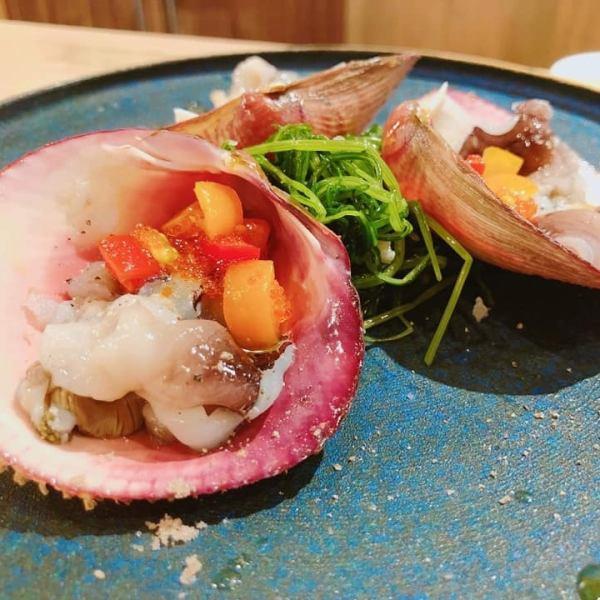 季節の新鮮な魚介類を使ったカルパッチョ