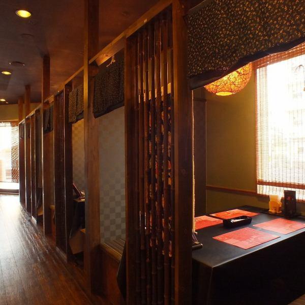 1階は個室風スペースのテーブル席です。2名~6名位の方にお勧めです。デートや女子会など幅広いシーンでご利用いただけます。