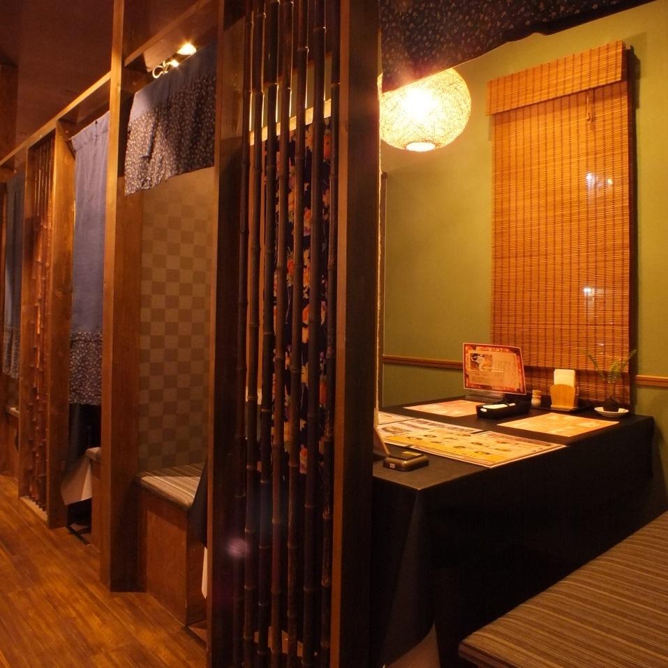 テーブル席の個室 2 : 桜小町茜部店は全席個室でベンチシートでカップルデートや女子会、男子会にも最適。夜は喫煙席もあるので喫煙者にも安心。